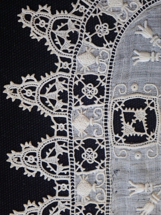 Fig. A2 Linen & lace detail from handkerchief, V&A 288-1906. Photo: Ana Cabrera. © Victoria & Albert Museum
